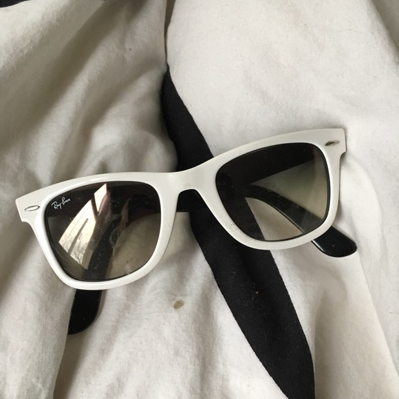 5a26ca5779559 Vintage White Ray Bans Wayfarer. M 5abcdc48daa8f6be7dedf3c1